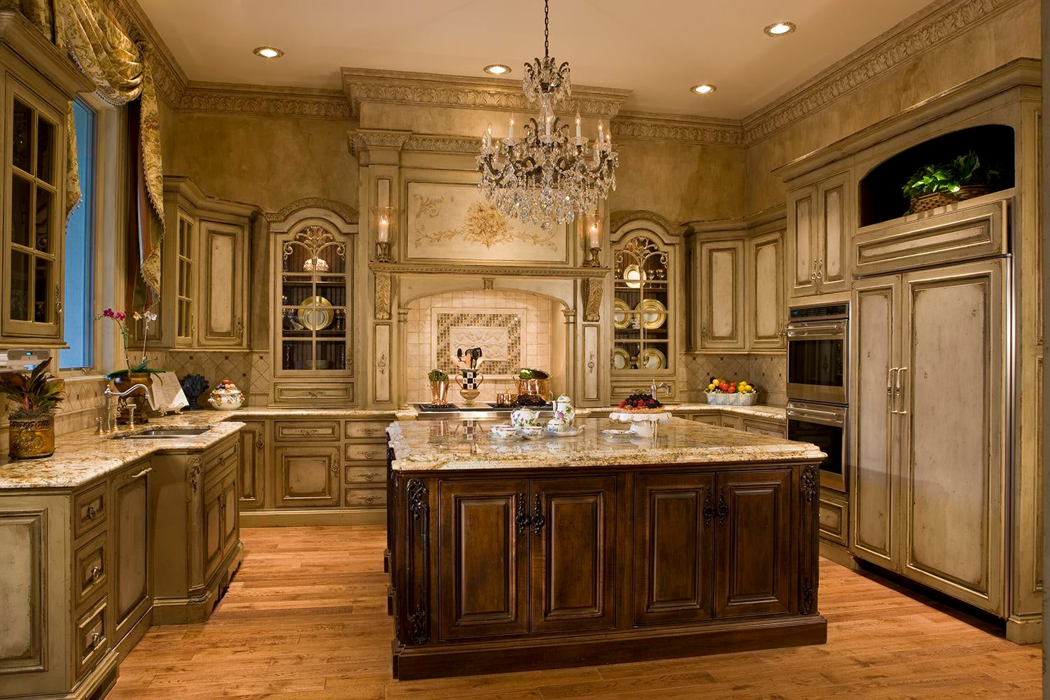 Faux Finished Walls Accent The Tonalities Of The Custom Habersham Cabinetry.
