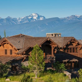 Expansive mountain lodge home with mountain view