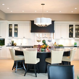 Two-toned kitchen - cream and black