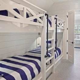 Bunk room utilizing wide hallway space