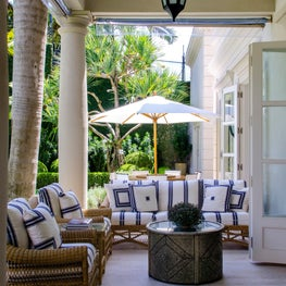 Rua Turquia Portico with garden furniture