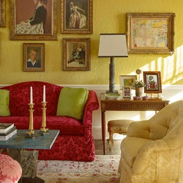 Living room with portraits and objets