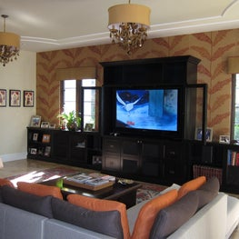 Large family room with palm leaf burlap wallpaper.