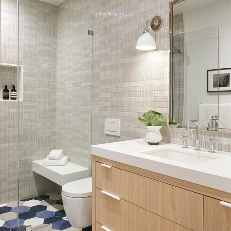 Bath with glossy wall tiles, hexagonal multi-colored floor tiles