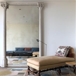 Living Room with 19th-century Scottish mirror with corinthian columns & Louis Xlll chaise lounge