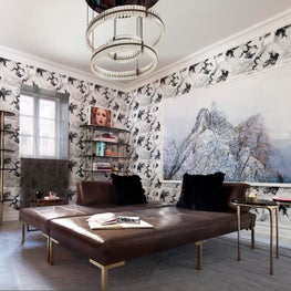 Brett Design Tulips Wallpaper & Holiday Bookcases at Holiday House Showhouse.