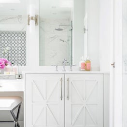 Bright bath with geometric touches