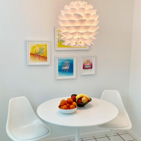 Contemporary white kitchen table and chairs designed by Eero Saarinen for Knoll.