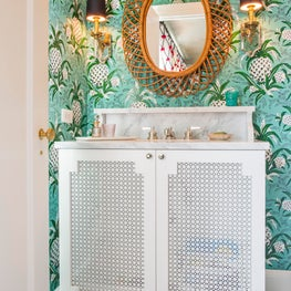 Seattle. Bath with Adelphi Paper Hangings wallpaper and mirror by Franco Albini.