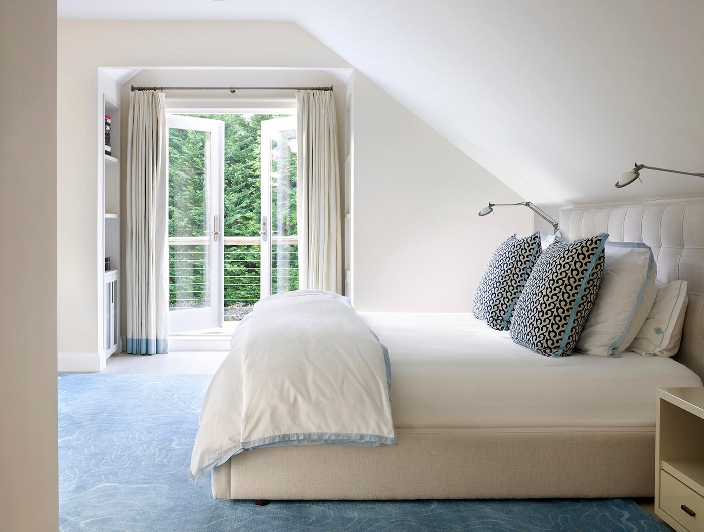 Airy, elegant white bedroom in the Hamptons