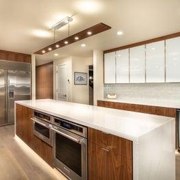 Open Plan Fusion - Carrara quartz island countertop, walnut and white gloss glass cabinets and walnut linear pendant