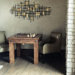 Alder wood chess table with hammered clavos details, leather chairs