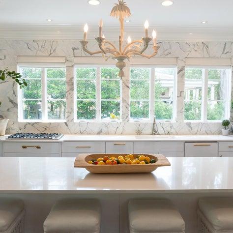 Marble and quartz all-white kitchen