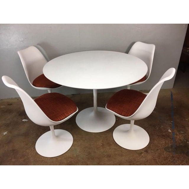 Mid-Century Modern Eero Saarinen Tulip Dining Table & 4 Tulip Chairs Set For Sale - Image 3 of 11