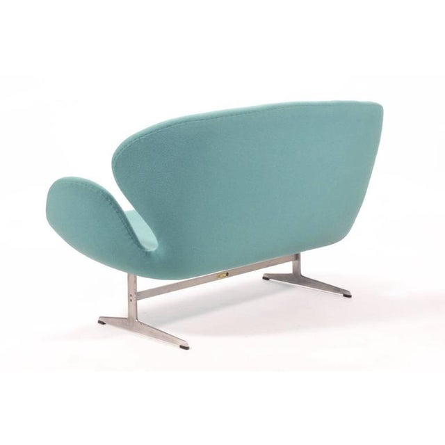 Arne Jacobsen Swan Sofa by Fritz Hansen For Sale In Chicago - Image 6 of 10
