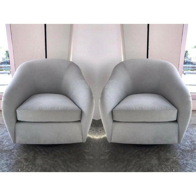 1970s Pair of Mid-Century Modern Swivel Lounge Chairs in Grey Velvet, Circa 1970s For Sale - Image 5 of 13