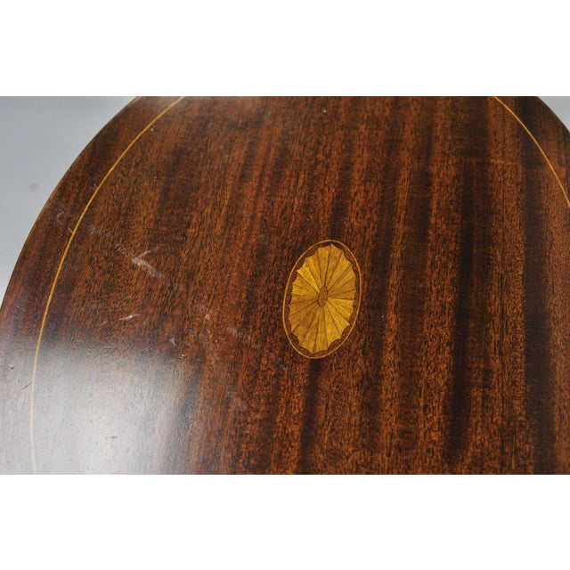 Early 20th Century Early 20th Century Antique Mahogany Pinwheel Inlaid Oval Tilt Top End Table For Sale - Image 5 of 13