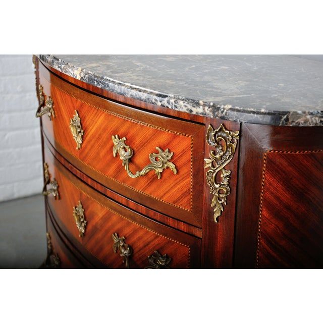 1900 - 1909 Antique French Louis XV Mahogany Inlay Marquetry Large Commode W/ Marble Top For Sale - Image 5 of 13
