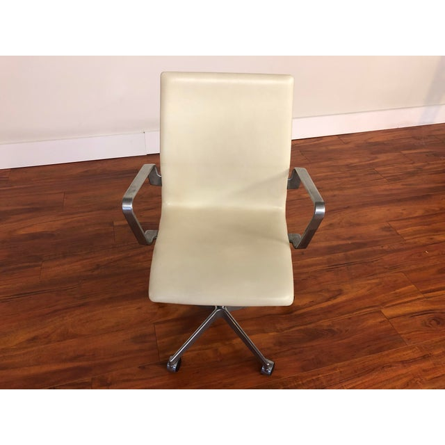 Mid-Century Modern Authentic Arne Jacobsen for Fritz Hansen Oxford Rolling Office Chair in White Leather For Sale - Image 3 of 13
