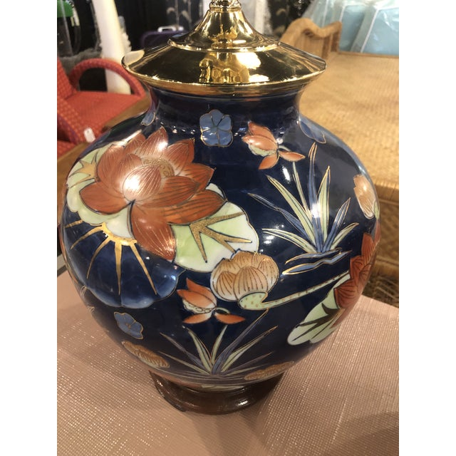 Vintage Chinoiserie Navy Blue & Orange Lotus Floral Brass Pagoda Table Lamps - a Pair For Sale In West Palm - Image 6 of 13