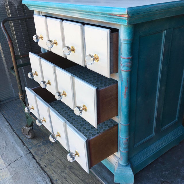 Chippendale 1980s Pulaski Furniture Nightstand W/ Crystal Pulls For Sale - Image 3 of 13