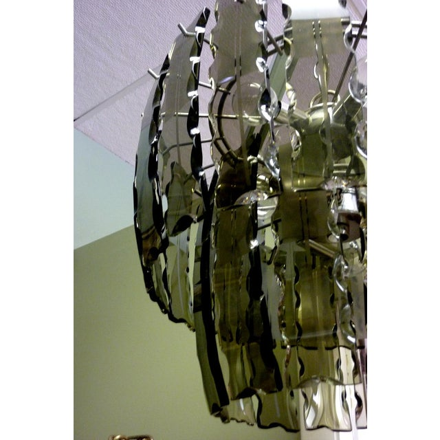 This elegant mid-century eight-light chandelier manufactured by Zeroquattro for Fontana Arte features 34 curved, serrated...
