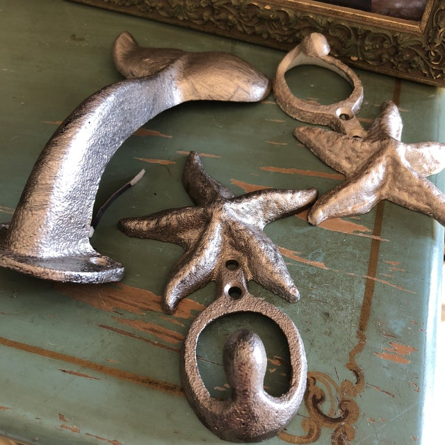 Beautiful collection of starfish and whale tail hooks, perfect for a bedroom or mud room. In great condition. Stunning...