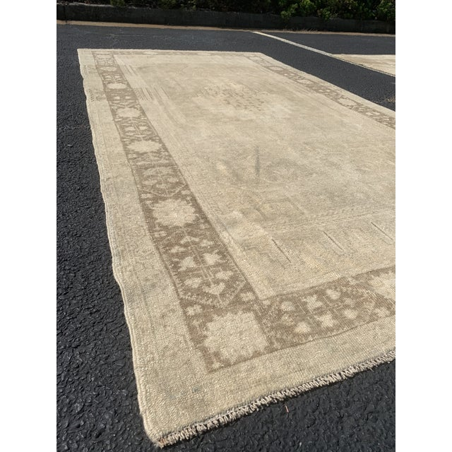 "1950's Vintage Turkish Oushak Beige Wool Rug - 4'9""x9'2"" For Sale - Image 4 of 13"