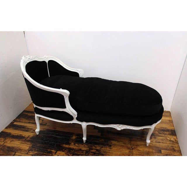 Paint 1940s Hollywood Regency Carved Beechwood Chaise For Sale - Image 7 of 11
