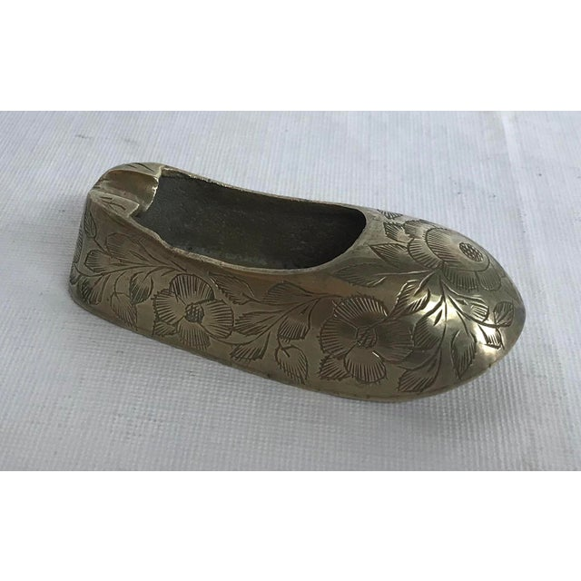 Vintage etched design in this shoe shaped ashtray. Made in the mid 20th century.