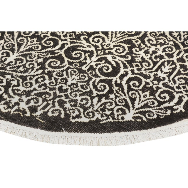 Contemporary Kafkaz Peshawar Cyrena Charcoal & Ivory Wool & Viscouse Round Rug - 5'10 X 6'0 For Sale - Image 3 of 8
