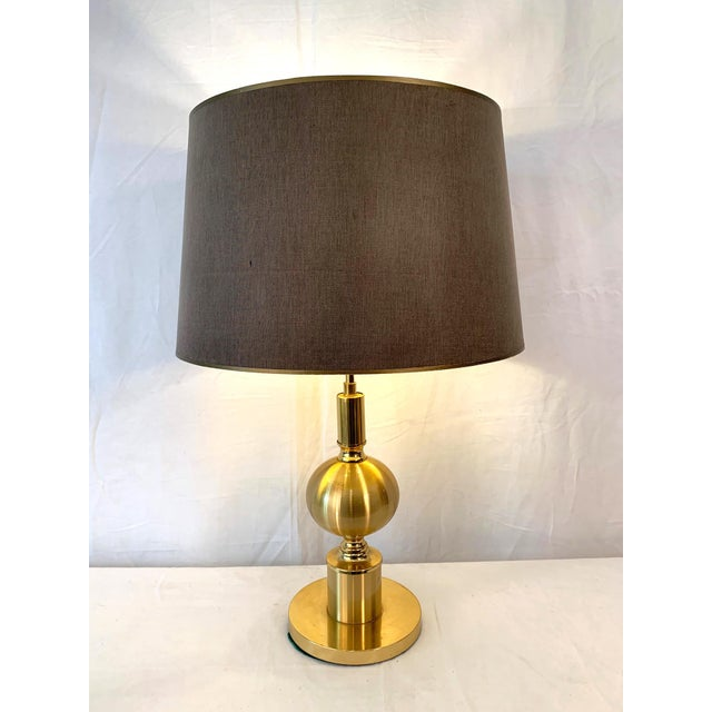 Very beautiful gilt metal table lamp, 1970s Trés belle lampe de table en métal doré, 1970s.