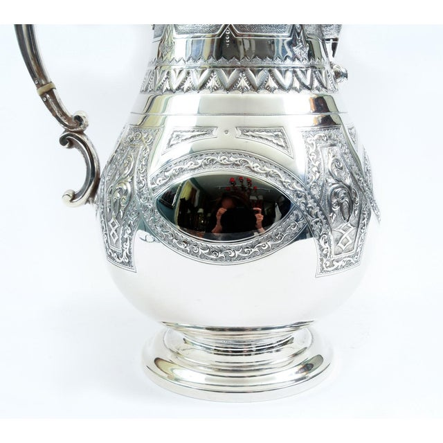 English Silver Plate Ornate Detailed Tea / Coffee Pot For Sale In New York - Image 6 of 10