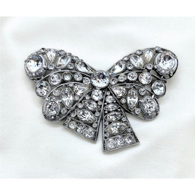 Silver 1940s Rhodium-Plated Clear Faceted Stone Bow Brooch For Sale - Image 8 of 8