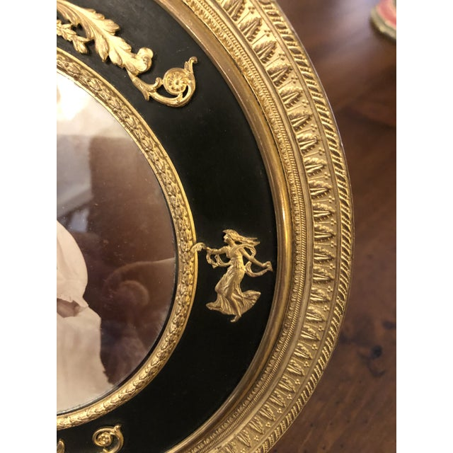 Late 19th Century French Empire Antique Patinated Bronze Round Picture Frame For Sale - Image 5 of 10
