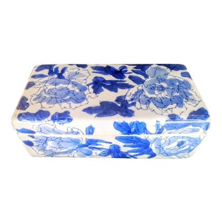 Vintage Blue and White Chinoiserie Ceramic Trinket Jewelry Box For Sale