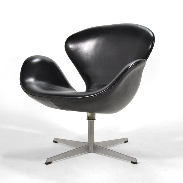 Fritz Hansen Arne Jacobsen Swan Chair in Black Leather by Fritz Hansen For Sale - Image 4 of 8