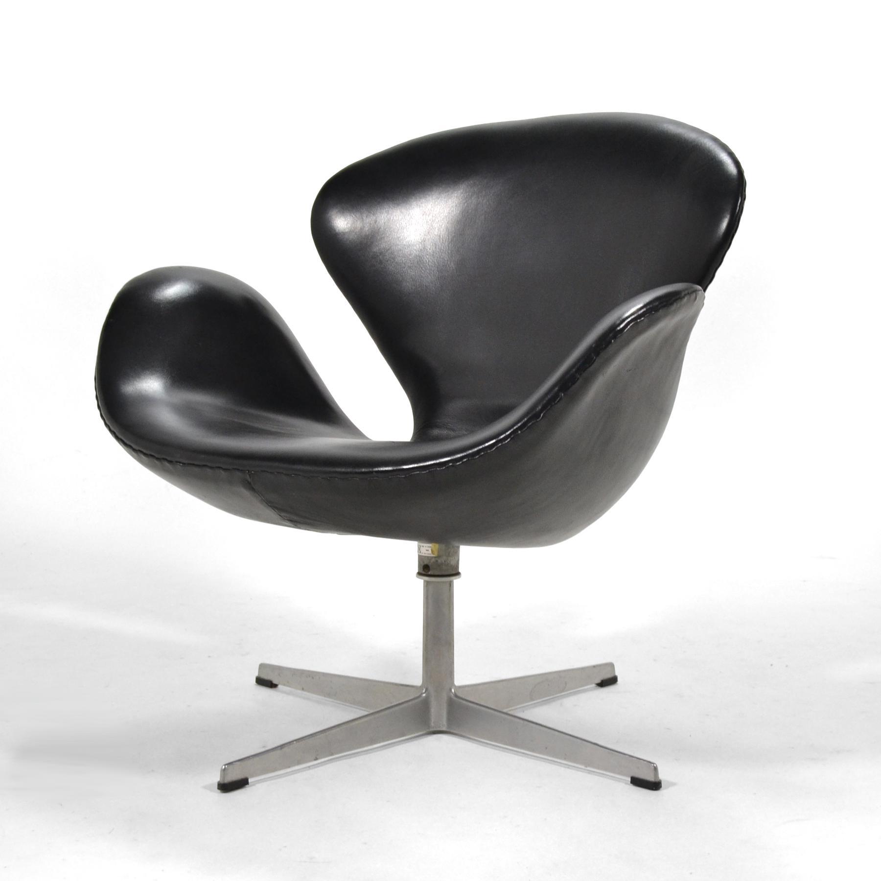 Arne Jacobsen Swan Chair In Black Leather By Fritz Hansen   Image 4 Of 8