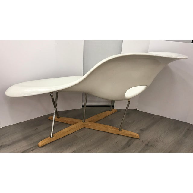 "Metal Mid Century Style Charles Eames ""La Chaise"" White Fiberglass Lounge Chair For Sale - Image 7 of 10"