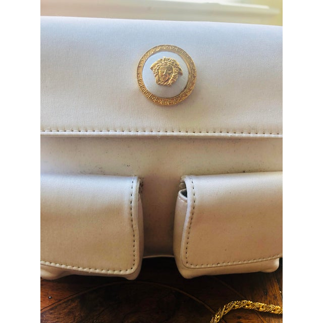 1980s Gianni Versace White Silk Medusa Purse With Gold Chain For Sale - Image 10 of 13