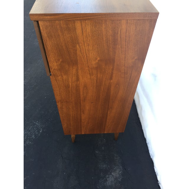 Bassett Mid-Century Chest of Drawers For Sale In New York - Image 6 of 9
