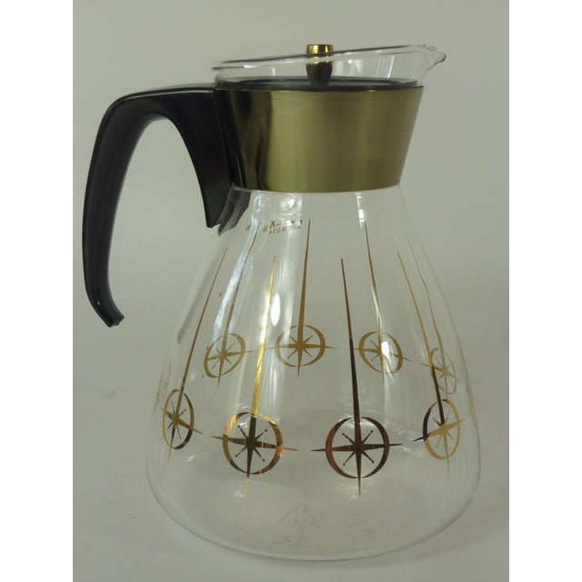 Vintage Pyrex 10 cup carafe. Carafe is in good used condition with no chips or cracks, lid fits snugly on.