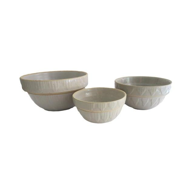 Antique Off White Stoneware Earthenware Farmhouse Round Nesting Mixing Bowl Set of 3 For Sale
