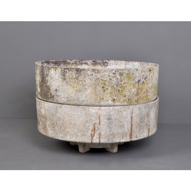 An elegant modern form fiber concrete footed jardinaire manufactured by Eternit, Switzerland, 1960s production. 2...
