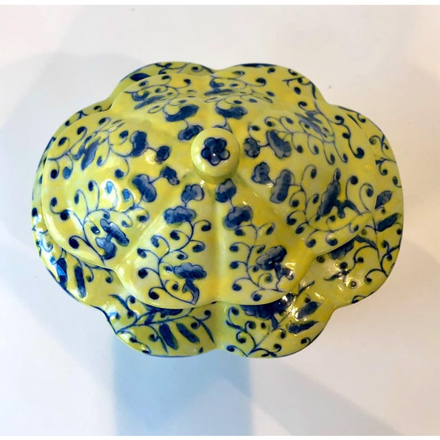 Chinoiserie Urn in Yellow and Blue With Lid For Sale In New York - Image 6 of 13