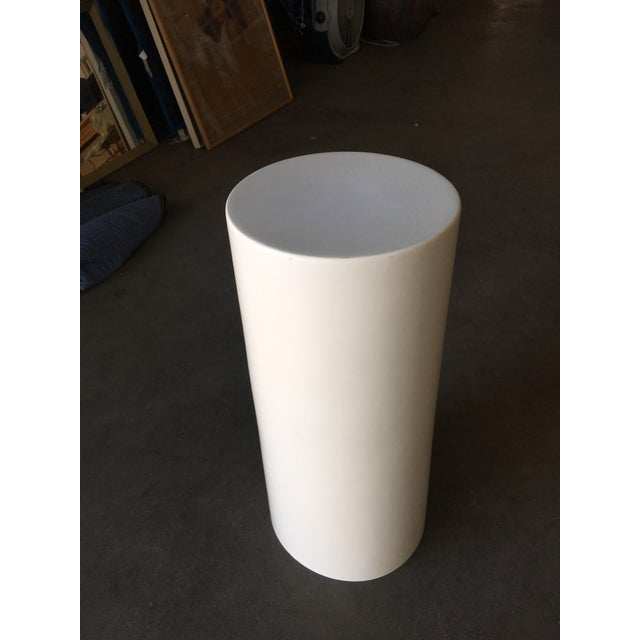 Saarinen-style fiberglass cylinder pedestal featuring a glossy finish and halo core. Circa 1960