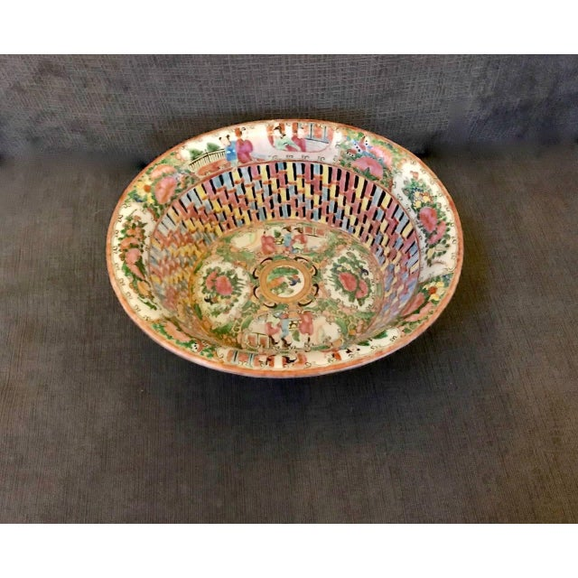 Asian Chinese Export Rose Medallion Reticulated Bowl and Underplate, circa 1860 For Sale - Image 3 of 10