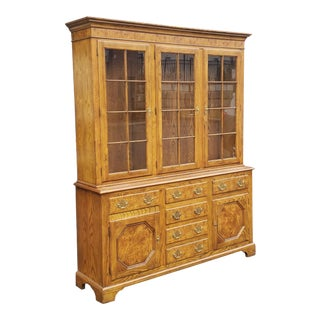 Very Nice Traditional Oak W/ Burl Elm Baker Furniture Queen Anne Style Dining Room China Cabinet C1980s For Sale