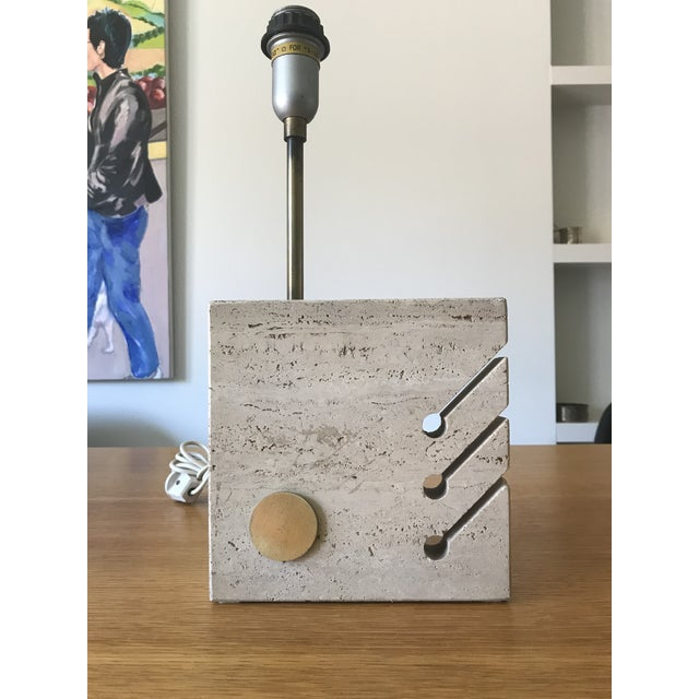 Mid-Century Modern Sculptural Travertine Table Lamp by Giuliano Cesari for Nucleo Sormani, 1971 For Sale - Image 3 of 8