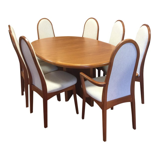 https://chairish-prod.freetls.fastly.net/image/product/sized/08bc5718-67f2-41de-a5a3-1607b040ff85/starburst-mid-century-danish-modern-teak-dining-table-and-chairs-3187?aspect=fit&width=640&height=640
